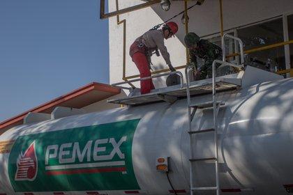 Trabajadores de Pemex revisan que el contenido de la pipa esté correctamente acreditado por la empresa (Foto: Cuartoscuro)