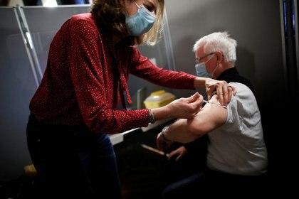 Una persona recibe la vacuna contra el COVID-19 en París, Francia. Foto: REUTERS/Benoit Tessier