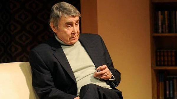 """El actor sobre el escenario en la obra """"Filosofía de vida"""""""