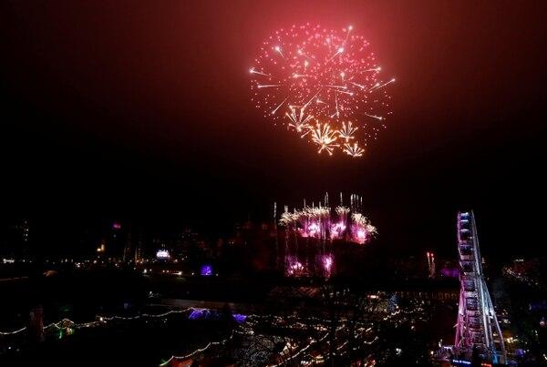 Los fuegos artificiales explotan sobre el castillo de Edimburgo para celebrar el Año Nuevo (REUTERS / Russell Cheyne)