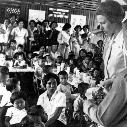 En un centro de nutrición en Tailandia como parte de su papel como presidenta de Save the Children Fund en 1979.
