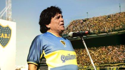 ¡Gracias... totales! Maradona, con la camiseta de Juan Román Riquelme, en su despedida
