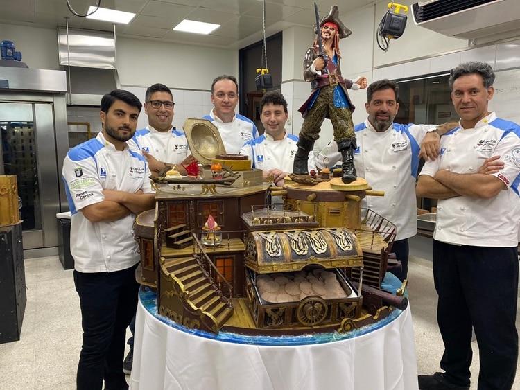 El equipo argentino junto a la escultura de Jack Sparrow que presentaron en la copa del mundo y salieron en el puesto número 3