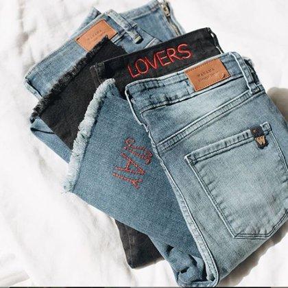 Bordados con frases, entre las principales tendencias en los jeans de Wanama del 2019 en sus modelos skinny y flare (Instagram: @wanamaoficial)