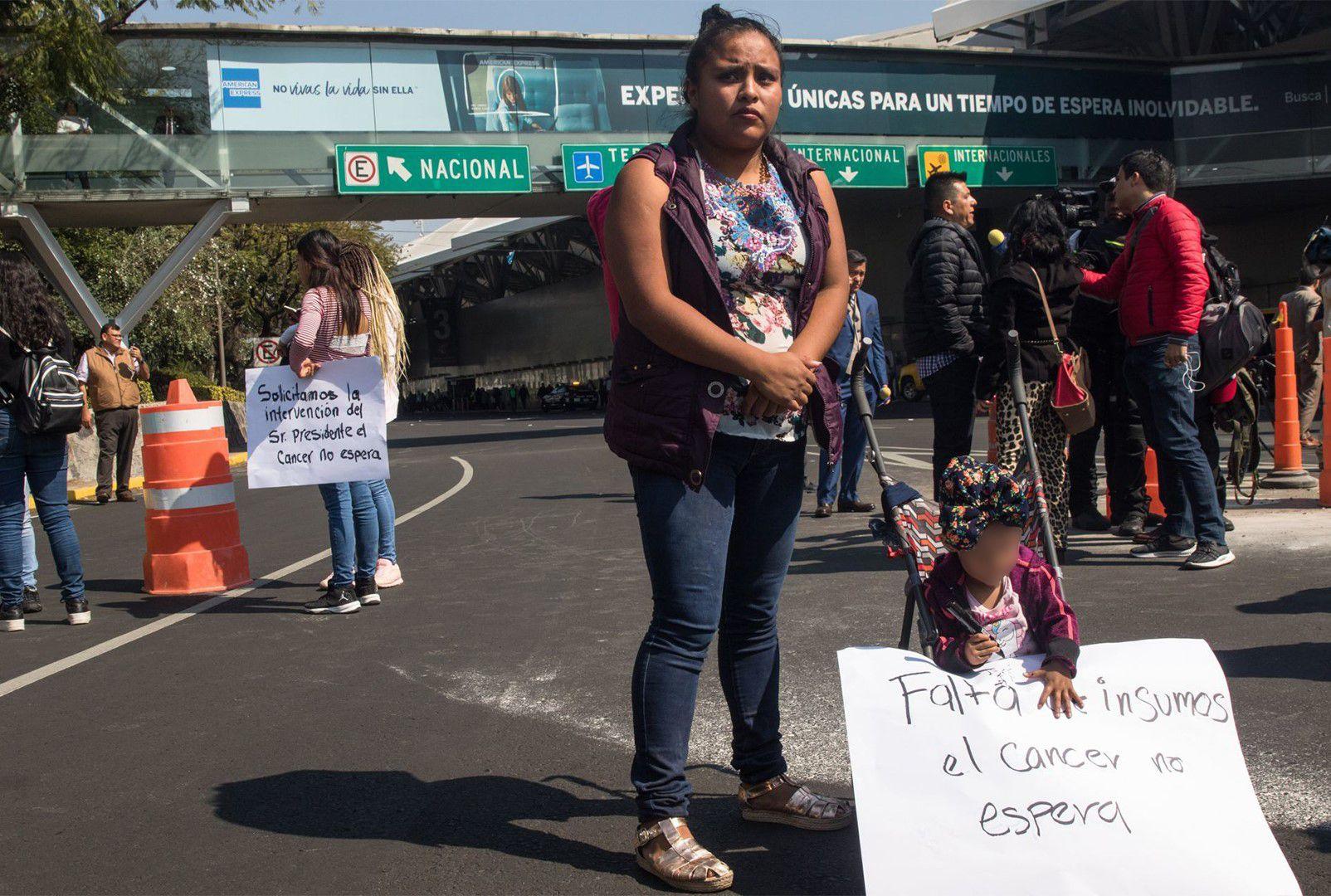 Padres de niños con cáncer realizan un bloqueo en inmediaciones del Aeropuerto Internacional de la Ciudad de México (Foto: Cuartoscuro)
