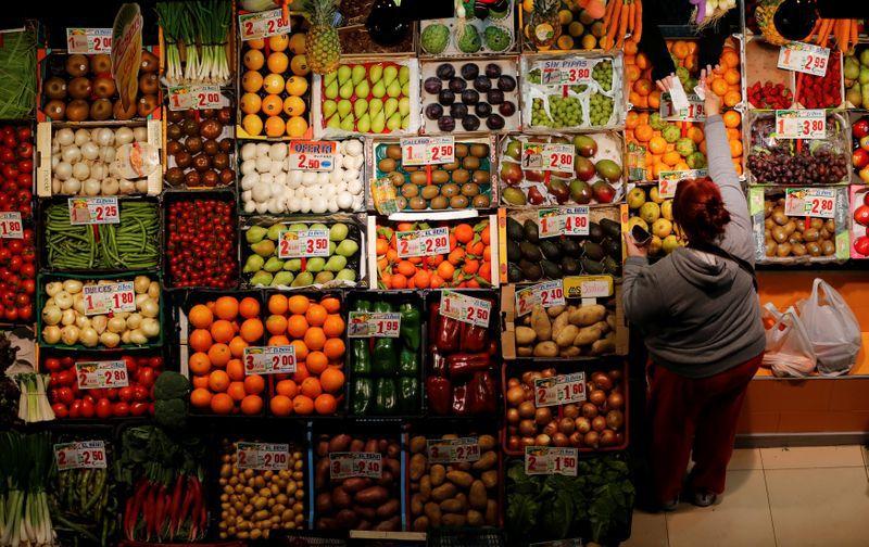 FOTO DE ARCHIVO: Una mujer hace la compra en un puesto de hortalizas y frutas en un mercado de Sevilla, Andalucía, España, el 7 de marzo de 2016. REUTERS/Marcelo del Pozo
