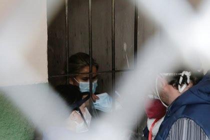 Áñez sostiene una mascarilla para protegerse de una posible infección de coronavirus en la prisión en La Paz (REUTERS/David Mercado)