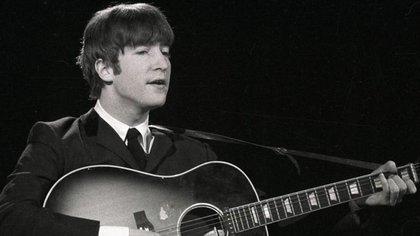 John Lennon con su guitarra acústica Gibson al frente del grupo The Beatles