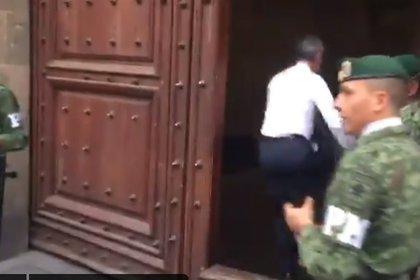 """Un video de su entrada a Palacio Nacional, con """"brinquito"""" incluido, se hizo viral"""