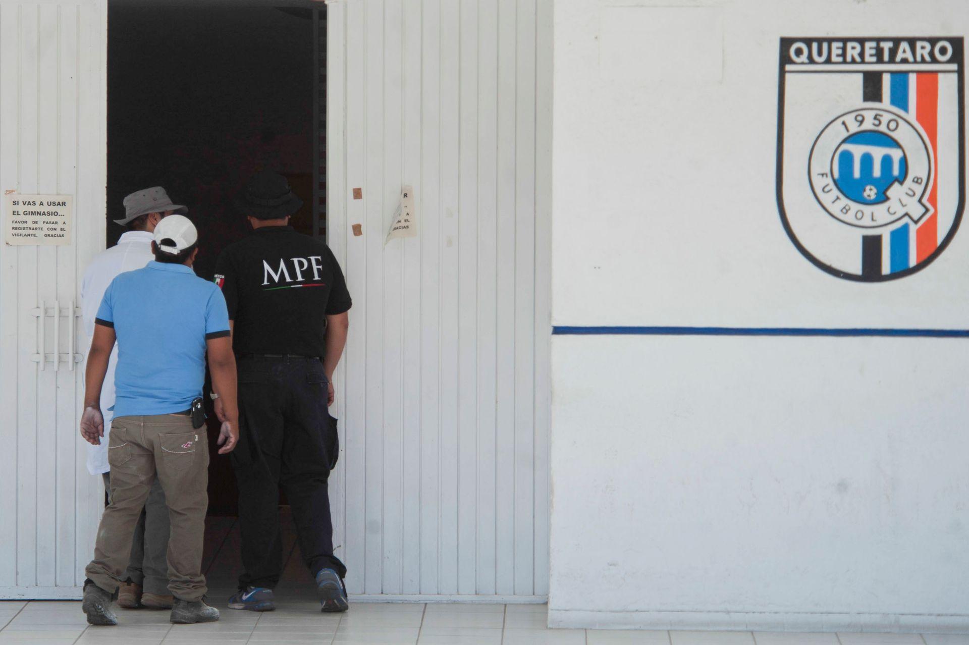La PGR decretó la intervención de los equipos de futbol Gallos Blancos del Querétaro y Delfines de Ciudad del Carmen, propiedad de Amado Osuna Yañez en torno al millonario fraude bancario cometido desde esta ex proveedora de Pemex (Foto: Cuartoscuro)