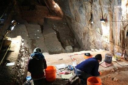 Aunque la luz del sol entra brevemente en la galería principal de la cueva al mediodía, el área de excavación a lo largo de la pared norte de la cueva requiere el uso constante de iluminación artificial con la ayuda de generadores eléctricos.  Foto: Ciprian Ardelean.