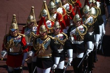 Respetando su últimos deseos y siguiendo el protocolo, el príncipe Felipe fue enterrado en la Capilla de San Jorge en el castillo de Windsor, a unos 50 kilómetros al oeste de Londres. Debido a la pandemia, solo asistieron al funeral 30 personas, en su mayoría familiares cercanos