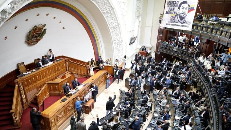 """La Asamblea Nacional, con mayoría opositora y presidida por Juan Guaidó, declaró """"usurpador de la Presidencia"""" a Nicolás Maduro el pasado 15 de enero (Reuters)"""