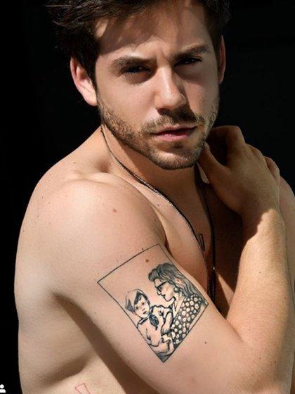 El tatuaje de Fer Dente: una foto de él y su mamá (Instagram)