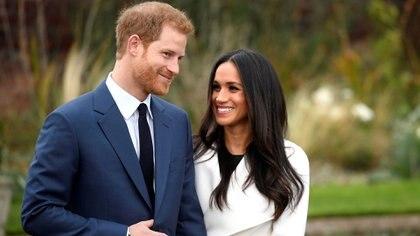 Harry y Meghan Markle en los jardines de Kensington Palace al anunciar su compromiso en noviembre de 2017 (Reuters)