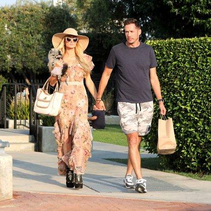 Paris Hilton y Carter Reum disfrutaron de un paseo de compras en Malibú. La mediática se mostró con un look muy veraniego: un vestido floreado con volados, un sombrero enorme y anteojos de sol. Además, aprovechó para pasear a un pequeño perrito (Foto: The Grosby Group)
