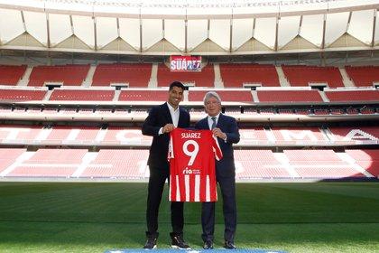 Enrique Cerezo, presidente del Atlético Madrid, junto a Luis Suárez (REUTERS)