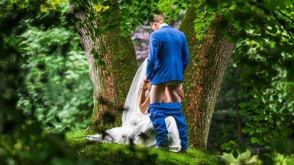La foto de la polémica: fue idea de una de las madres de la pareja de recién casados y al fotógrafo le pareció una buena oportunidad para hacer su trabajo más original (Michael Klooster)