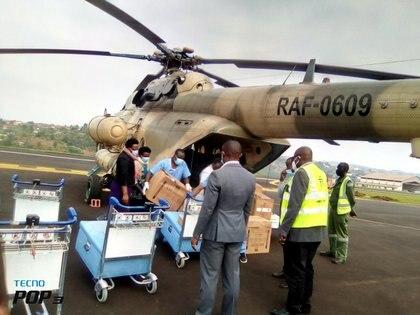 La distribución de vacunas contra el COVID-19 se realiza mediante helicópteros del ejército de Ruanda, a las zonas más vulnerables (Reuters)