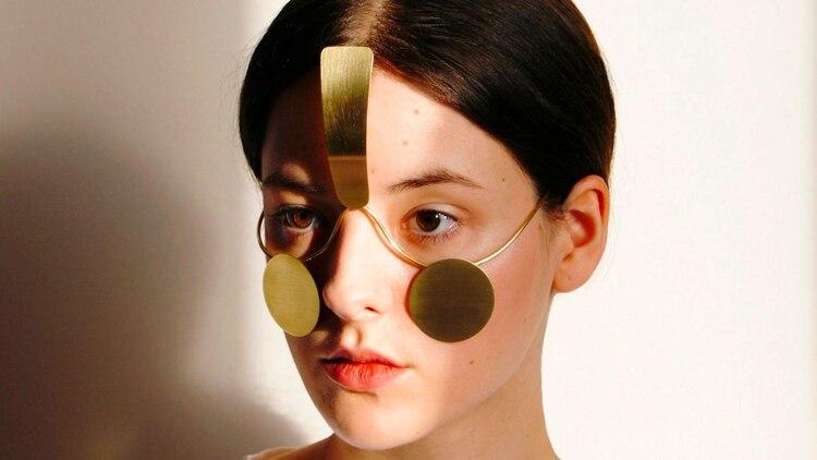 La joya tipo máscara se ajusta al rostro.