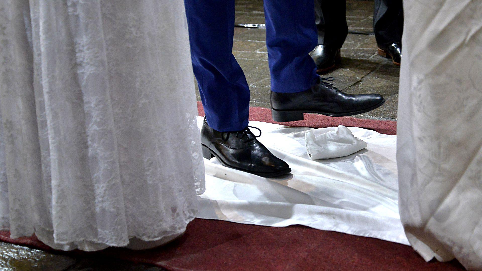 El momento en que Nicolás rompió la tradicional copa, al final de la boda