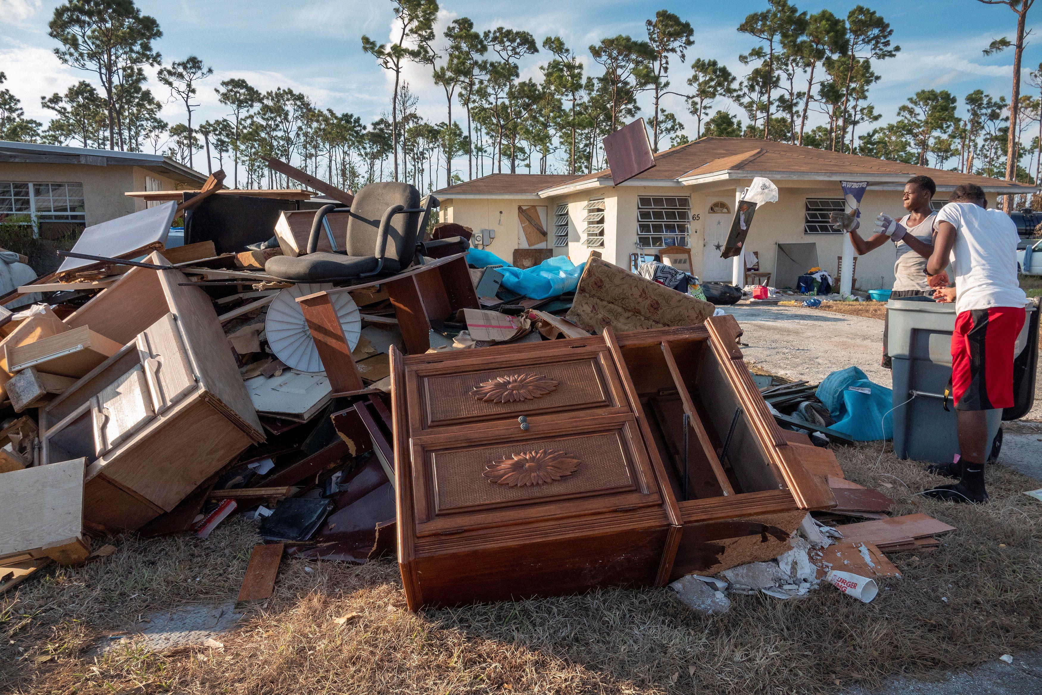 """El """"sand-dollar"""" (dólar de arena), complemento del dólar bahameño, impulsado por dos catástrofes consecutivas: el huracán Dorian, en septiembre de 2019, que devastó las islas Ábaco y Gran Bahama (fotos) y meses después la pandemia de coronavirus (EFE)"""