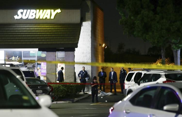 Policías en la escena del crimen en Santa Ana, Calif ornia este miércoles cuando un hombre hispano atacó a varios sujetos, murieron cuatro personas Foto: (AP/Alex Gallardo)