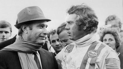 """El excampeón mundial de automovilismo, el argentino Juan Manuel Fangio (1911-1995), habla con Steve McQueen el 2 de octubre de 1970 sobre el rodaje de """"Las 24 horas de Le Mans"""" (AFP/Archivos - -)"""