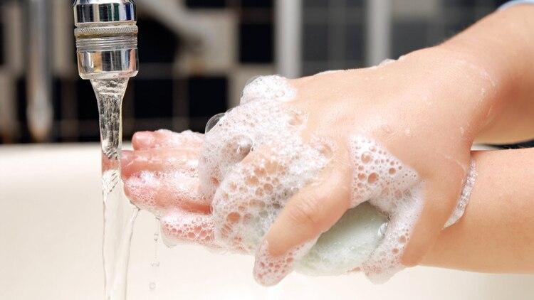 Lavarse las manos con frecuencia durante el día garantiza la higiene mejor que la ducha
