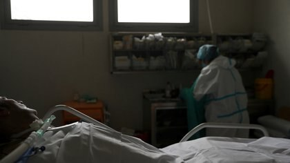A patient suffering from coronavirus disease (COVID-19) lies in bed at the intensive care unit (ICU) of the Infanta Sofia University hospital in Madrid, Spain, May 14, 2020. REUTERS/Susana Vera