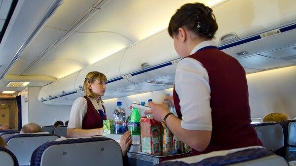 Eliminar ciertos snacks o directamente no ofrecer refrigerios de ningún tipo puede ahorrarle a una aerolínea millones de dólares (istock)