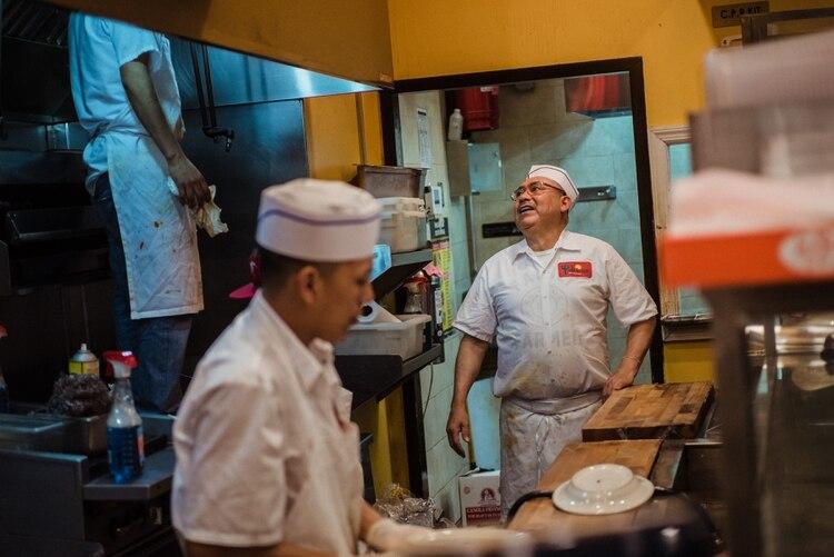 Amado, a la derecha, mientras trabaja en el restaurante mexicano Tulcingo en Jackson Heights, Queens. (Ryan Christopher Jones/The New York Times)