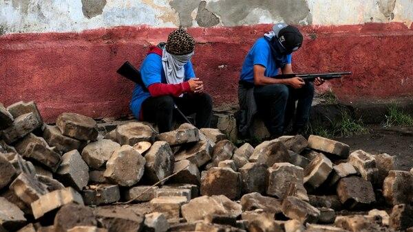 Los paramilitares ayudan a las fuerzas de seguridad a reprimir a la población civil en Nicaragua