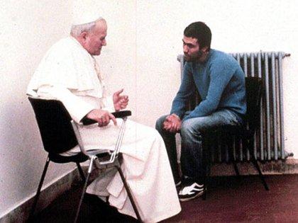 El 27 de diciembre de 1983, con sus vestiduras blancas, como el día del atentado, Juan Pablo habló veintidós minutos con Agca, que vestía un suéter azul. Nadie sabe en cuál idioma hablaron ni qué se dijeron