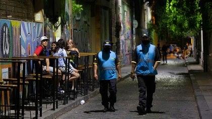 El gobierno porteño realiza controles entre las 18 y la 1 en comercios y plazas para evitar la aglomeración de personas, verificar las medidas de cuidado y el horario de cierre
