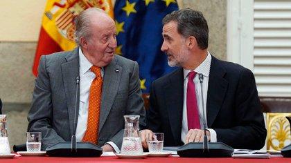 El rey Felipe VI junto a su padre, el rey emérito Juan Carlos I, en mayo de 2019 (EFE)