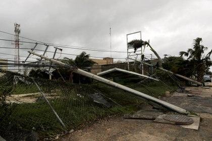 En Cancún se vieron afectados postes, árboles, espectaculares, pero por fortuna no hubo heridos ni pérdidas humanas Foto: (REUTERS/Henry Romero)