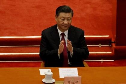 El jefe del régimen chino, Xi Jinping, aplaude en la sesión de clausura de la Conferencia Consultiva Política del Pueblo Chino (CPPCC) en el Gran Palacio del Pueblo en Beijing. El lunes se anunció una nueva regulación para empresas e instituciones para capacitar a su personal en contra-inteligencia (Reuters)