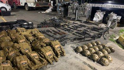 Al CJNG le fue decomisado un arsenal en Comajas de Corona, Jalisco, donde mantiene un campo de reclutamiento forzado para sus narcolaboratorios o aumentar a sus grupos de sicarios (Foto: Twitter@HRS4NTOS)
