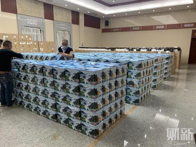 Las urnas apiladas en una funeraria de Wuhan, epicentro de brote de coronavirus en China (Foto: Caixin)