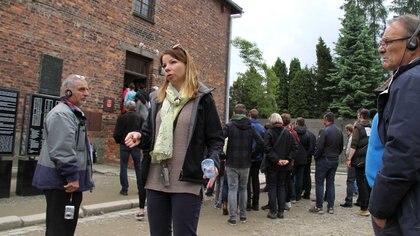 Agnieszcka Fajferek tiene 33 años y hace 10 que permanece al staff del Museo Auschwitz-Birkenau. Es una de las 15 guías que hace el recorrido en español. Se crió a solo 20 cuadras del campo de exterminio nazi Foto: Juan Berretta)