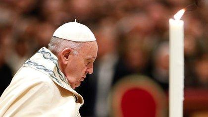 Foto de archivo del Papa Francisco orando en la basílica de San Pedro en el Vaticano, 31 de diciembre, 2019. (REUTERS)