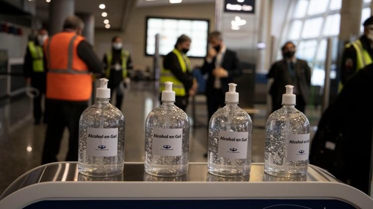 Estación de higiene con dispenser de alcohol en gel dispuestos en todos los sectores del Aeropuerto Jorge Newbery