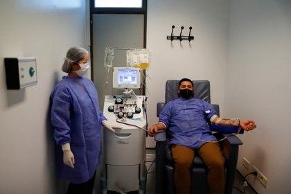 Los requisitos necesarios para hacerlo son: tener entre 18 y 65 años y estar clínicamente recuperado de la infección, demostrándolo con el resultado de una muestra negativa viral en el hisopado nasal (REUTERS)