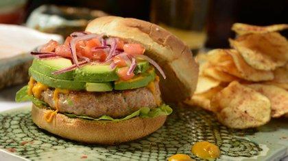 Dangelo De La Cruz, el cocinero limeño a cargo de La Causa Nikkei, ha sabido darle un giro personal y moderno a su hamburguesa
