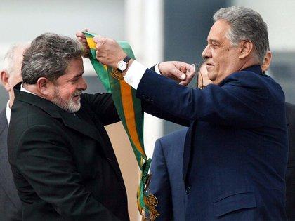 En esta foto tomada el 31 de diciembre de 2002 Luiz Inacio Lula da Silva recibe la banda presidencial de Fernando Henrique Cardoso. Los líderes de los debilitados PT y PSDB que ordenaron la política brasileña durante dos décadas (FOTO AFP / ORLANDO KISSNER)