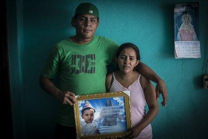 Nelson Lorío y Karina Navarrete llevan tres años pidiendo justicia para su hijo asesinado de un disparo de francotirador cuando solo tenía 14 meses de vida. (Foto cortesía de La Prensa/Oscar Navarrete)