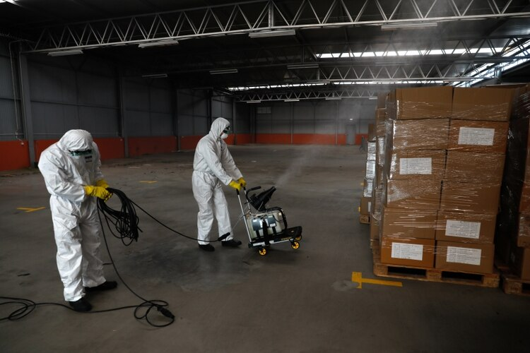 Trabajadores desinfectan material sanitario en Cascais (REUTERS/Rafael Marchante)