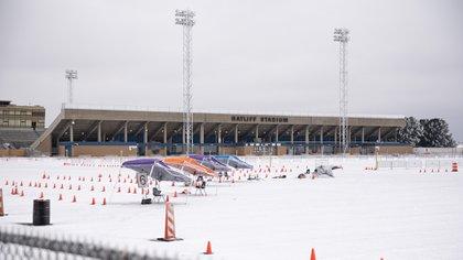 El centro de vacunación masiva montado en el estadio Ratliff en Midland, Texas, tuvo que suspender su actividad por la nevada.