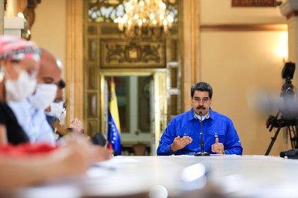 Fotografía cedida por Prensa Miraflores donde se observa a Nicolás Maduro sostener una reunión con miembros de su gabinete el lunes en Caracas (Venezuela). EFE/Prensa Miraflores/